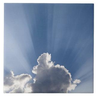 Crepuscular eller gud strålar görar strimmig den f kakelplatta