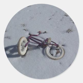 Cykel i snön runt klistermärke