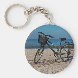 Cykel på barfota strand II Rund Nyckelring