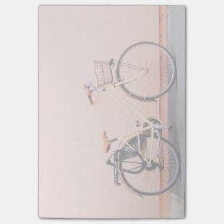 Cykel två för persikacykelbasketen rullar post-it lappar