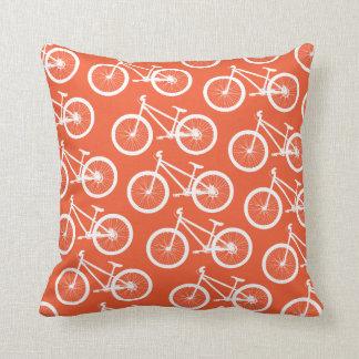 Cykeln avfyrar den orange cykeln kudde