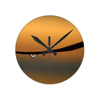 Daggdroppen på soluppgångväggen tar tid på rund klocka