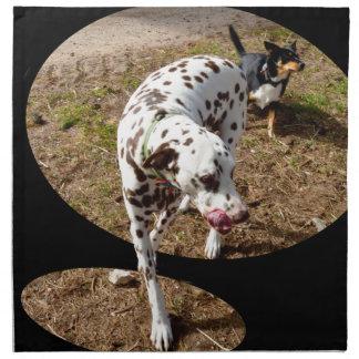Dalmatian som kliver ut ur fönsterramen, tygservett