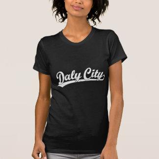 Daly City skrivar logotypen i vit T-shirt