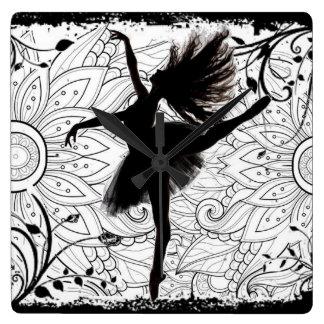 Dansare kvadrerar väggen tar tid på fyrkantig klocka