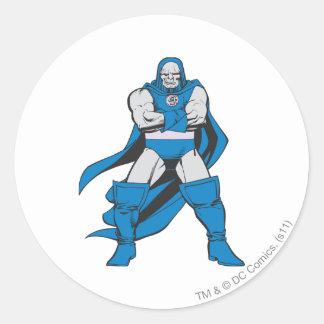 Darkseid poserar runt klistermärke