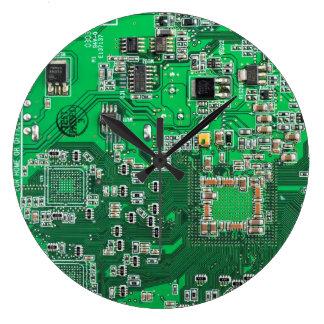 Datorgeeken går runt stiger ombord - grönt stor klocka