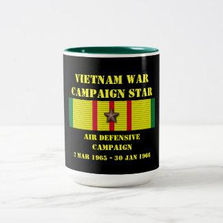 Defensiv kampanj för luft Två-Tonad mugg