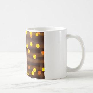 Defocused och blur avbilda av ljus bul för gul kaffemugg