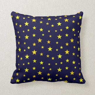 Dekorativ kudde med stjärnor på marinblå bakgrund