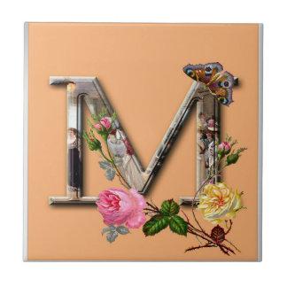 "Dekorativt brev initialt ""M"", Kakelplatta"