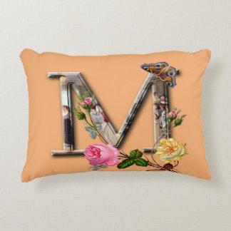 """Dekorativt brev initialt """"M"""", Prydnadskudde"""