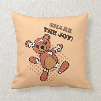 Dela den brutna björnen för glädje som dockan kudde
