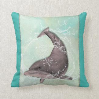 Delfin som omkring simmar i coolagröntvatten kudde