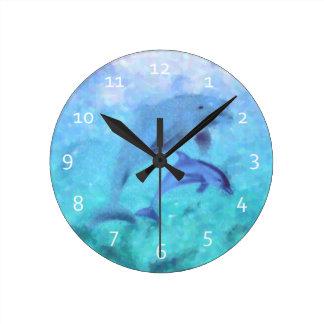 Delfinfamiljen tar tid på rund klocka
