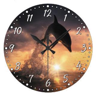 Delfinväggen tar tid på stor rund klocka