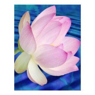 Delikat lotusblommablomma och menande brevhuvud