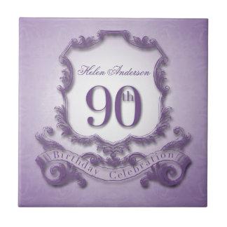 den 90:e födelsedagfirandepersonligen belägger med liten kakelplatta