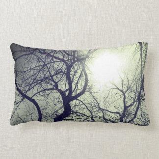 Den abstrakt dekoren   för solen för trädsvart   lumbarkudde