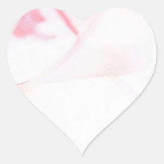 Den abstrakt kristallen reflekterar rosa hjärtformat klistermärke