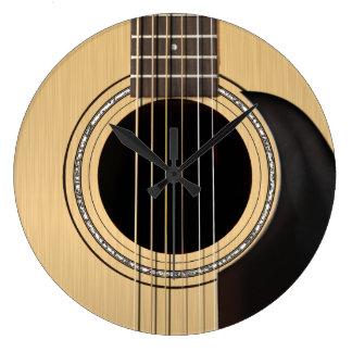 Den akustiska gitarren tar tid på stor rund klocka