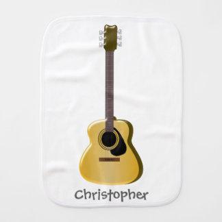 Den akustiska gitarren tillfogar precis namn bebistrasa