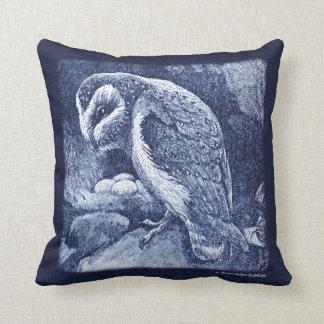 Den älskvärda indigoblå blåttugglan & bygga bo kudde
