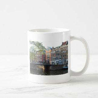 Den Amsterdam kanalen och överbryggar Kaffemugg