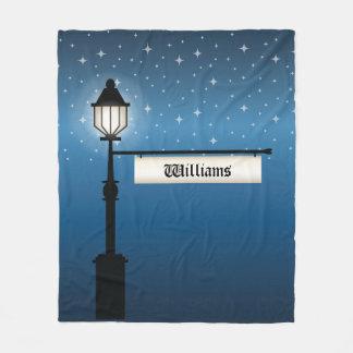 Den antika lampan postar på natten med fleecefilt