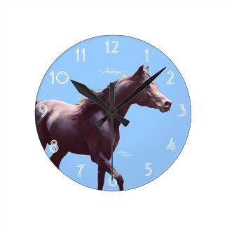 Den arabiska hästväggen tar tid på rund klocka