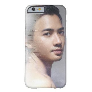 Den asiatiska manlign modellerar fodral barely there iPhone 6 fodral