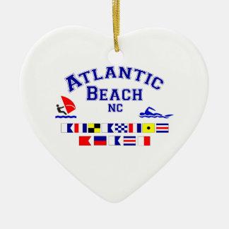 Den atlantiska stranden NC signalerar flagga Hjärtformad Julgransprydnad I Keramik