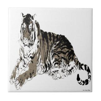 Den avslappnande tigern belägger med tegel liten kakelplatta