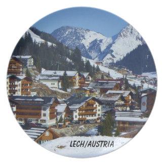 Den berömda byn av Lech i den Österrike souvenir Tallrik
