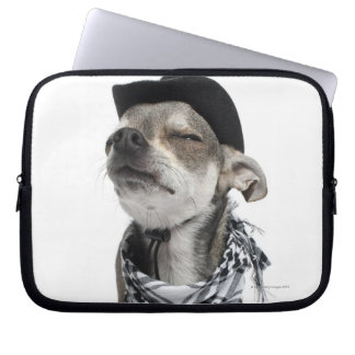 Den breda vinkeln av en Chihuahua med hans ögon Laptop Sleeve