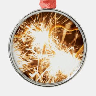 Den brinna sparkleren bildar in av en hjärta julgransprydnad metall