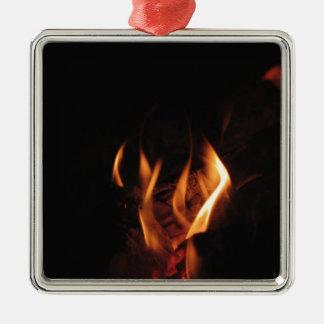 Den brinna spisen med avfyrar flammar silverfärgad fyrkantigt julgransprydnad
