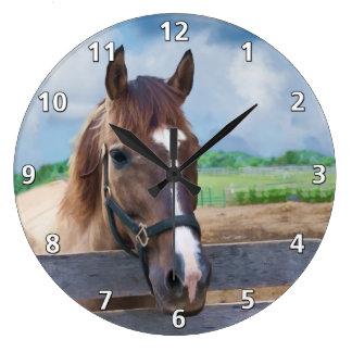 Den bruna hästen med tygeln tar tid på stor klocka