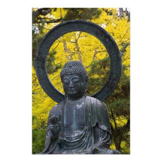 Den Budda statyn i japanen arbeta i trädgården gul Fototryck