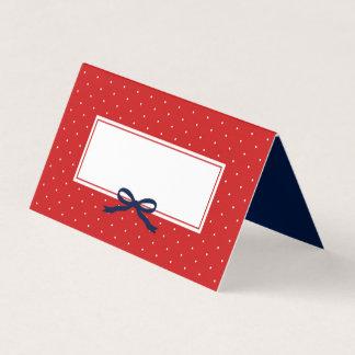 Den chic moderna röda polkaen pricker med placeringskort