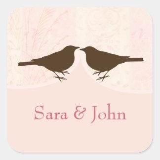 Den chic rosa fågelburen, love birdskuvert fyrkantigt klistermärke