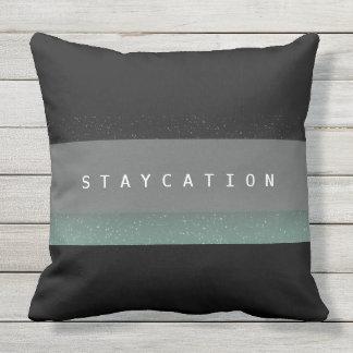 Den chic sätta en klocka på Staycation utomhus- Utomhuskudde