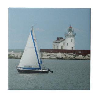 Den dekorativa segelbåten & fyren belägger med kakelplatta