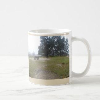 Den dimmiga heathlanden med tar av planet kaffemugg