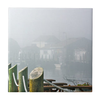 Den dimmiga morgonen belägger med tegel kakelplatta