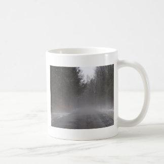 Den dimmiga morgonen går kaffemugg
