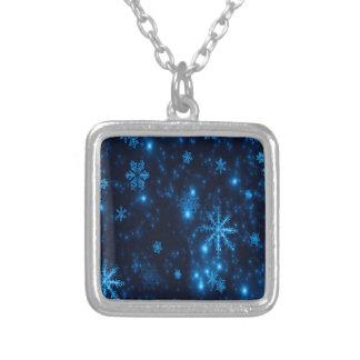 Den djupblå & ljusa snöflingor kvadrerar silverpläterat halsband