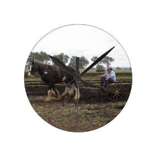 den drog hästen plöjer tar tid på rund klocka