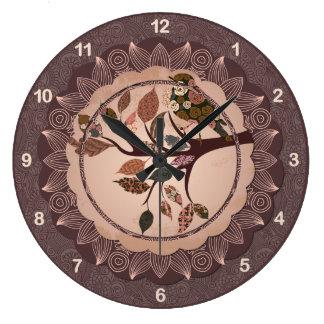 Den eleganta dekorativa fågelväggen tar tid på stor klocka