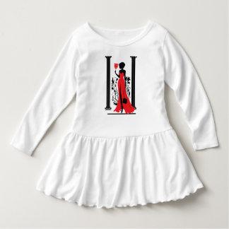 Den eleganta kvinnasilhouetten i röd klänning med tee